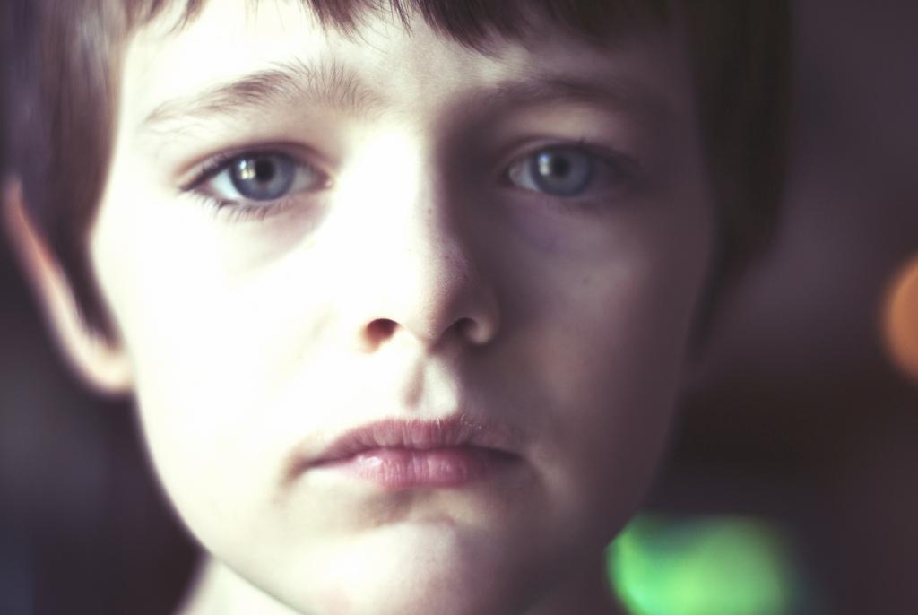 悲しそうな顔をする少年