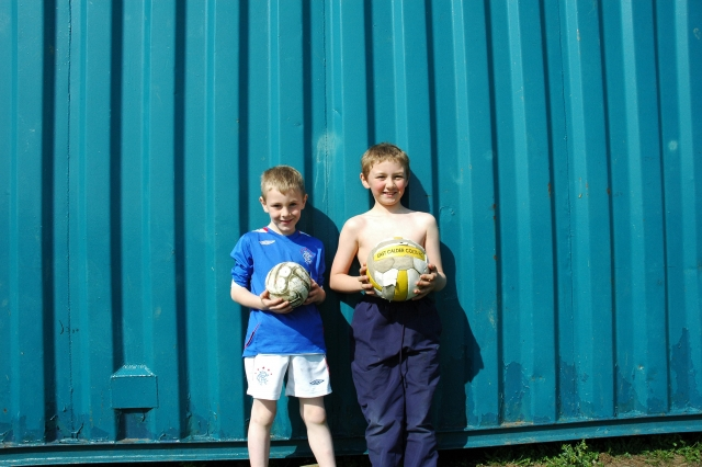 サッカーボールを持つ子供達