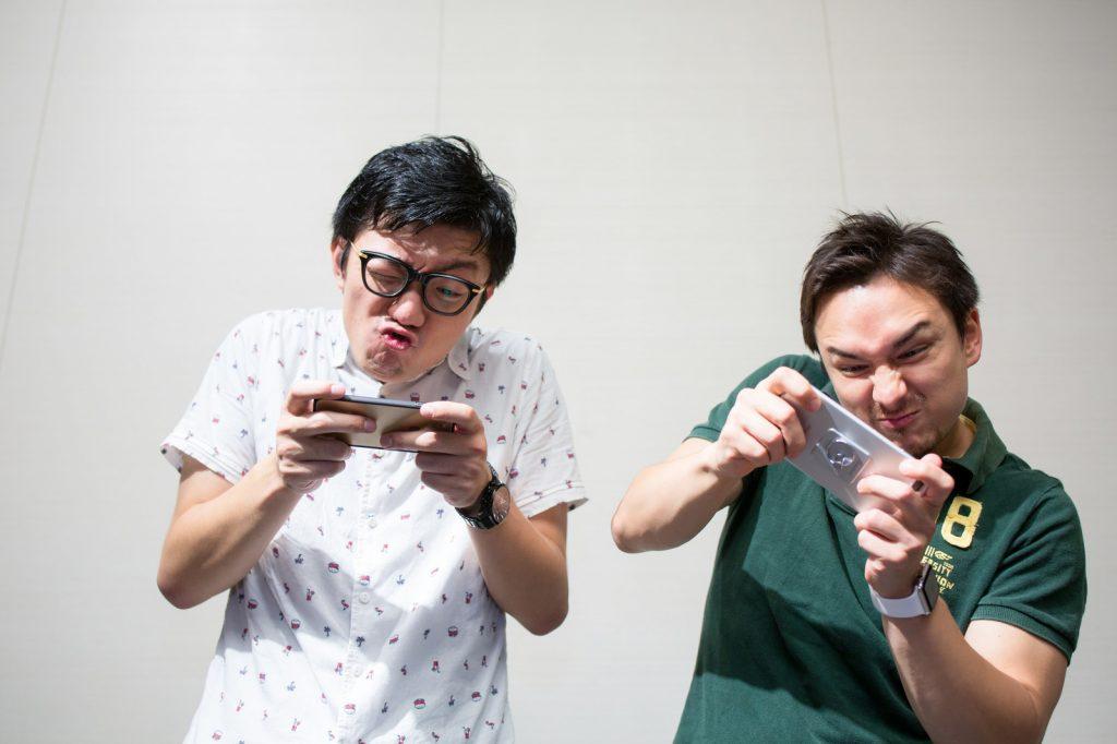 ゲームのオンライン対戦をする男性2人